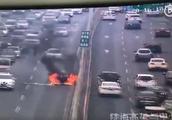 突发!郑州中州大道一辆私家车自燃,车身被熊熊大火包围