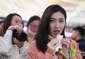江疏影机场吃辣条毫无偶像包袱 与粉丝有说有笑