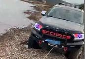 浙江男子河滩试越野车,结果水没车顶,自己获救妻女不见了
