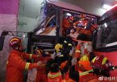 四川开往广州一载52人客车高速失控撞隧道壁,已致4死多伤
