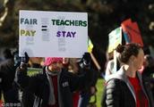 美国奥克兰近3000名教师罢工 要求加薪12%