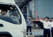货车停车检查,歹徒觉得包装复杂查不出来,结果一查就查出挟带!