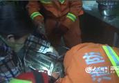 临沂一女子用和面机不慎挤手 消防员紧急施救