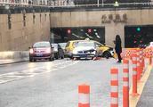 外滩隧道出口处一轿车撞上出租车 一周内发生三起事故