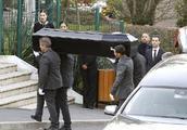 """""""老佛爷""""葬礼巴黎低调举行:安娜温图尔送行,11岁教子亮相"""