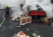 台州内环路上一满载纸箱的货车突发自燃 消防紧急扑救