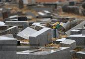 东日本大地震8周年,福岛公墓区墓碑倒塌依然破败