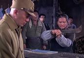鬼子炫耀祖传的武士刀,遇见中国大妈的砍柴刀,武士刀直接被砍断