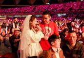 """张杰演唱会粉丝情侣现场""""结婚"""",门票成结婚证,谢娜微博送祝福"""