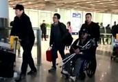 吴京坐轮椅现身机场