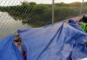 人满为患,美国将停止释放部份边境被捕的移民家庭