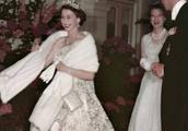 女王当年穿天蓝长裙,配白狐披肩惊艳,如今一头银发魅力不减!