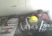 济南一老人不慎坠入楼内通风井,消防员悬绳急救!