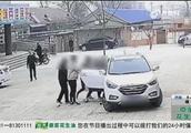 女子在路上走着,后面却突然出现一名男子,把她生拉硬拽到车上