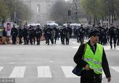 """罢免巴黎警察局长,出动军队协助警方,法国政府终于对""""黄马甲""""暴力行为出重拳了!"""