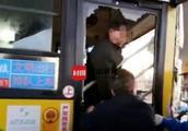 拉拽司机致公交车与货车碰撞伤6人 男子涉嫌危害公共安全被刑拘