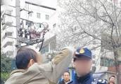 辱骂执法人员并抢夺执法记录仪,成都一出租车司机被拘5天