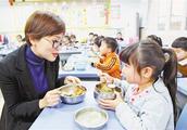 """大家怎么看""""学校负责人与学生一起用餐""""这条新规?"""