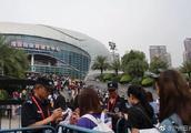 """广州警方""""手撕黄牛"""",在火箭少女演唱会抓获15名嫌疑人"""