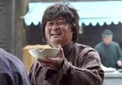 乞丐自编顺口溜,边说边唱边要饭,不料珠宝店老板不吃这套!