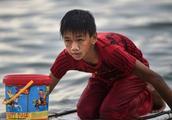 菲律宾13岁小孩,少年派的奇幻漂流,靠着一块浮板赚取学费