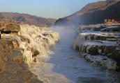 黄河壶口形成冰瀑 气势磅礴宛如冰雕