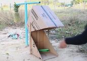 妹子用纸箱设计制作一个捕猎陷阱,看着效果很不错,真聪明
