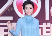杨澜终于不低调!50岁还穿一袭水蓝色长裙,美成红毯焦点
