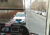 私家车开上有轨电车车道 还曾想超车