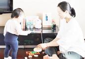 朱丹在家素颜带女儿玩积木 小小丹的小粗腿好可爱