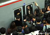 北京地铁拆除座椅引争议,拆除就能解决上班高峰的拥堵吗?