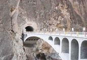 这座大桥全程禁止拍照,禁止停车,一名战士被永远封存在桥墩里