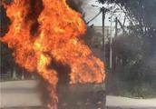 突发!东莞一学校门口发生面包车自燃,引发3米高烈焰