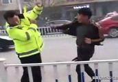 逆向违停不服管 父子俩暴力抗法被拘留