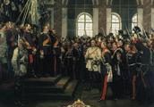 俾斯麦在回忆录中是如何解释让德国皇帝在凡尔赛宫加冕的?