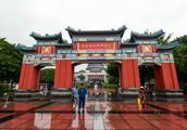 中国人游重庆喜欢去洪崖洞,外国人却喜欢去重庆人民大礼堂