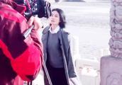 王菲录制《国家宝藏2》照片曝光 天后灰色长大衣现身故宫一脸自信