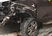 广安广武路发生车祸 两车相撞一车侧翻