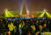 元宵夜西安大雁塔再现人从众 数万人涌入场面壮观