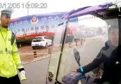 男子骑车违法后随行女子暴力抗法,被行政拘留十日!