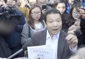 现场!孟晚舟保释听证会 众多华人情绪激昂手举标语到场声援