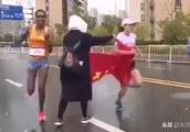 马拉松选手冲刺中被递国旗干扰,痛失冠军!网友为此吵翻了……