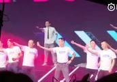 马化腾带着腾讯员工大跳创造101主题曲,C位马化腾跳得很嗨呀!