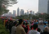 2018深圳国际马拉松,今天8点在深圳市民广场鸣枪起跑!