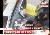 60岁大妈追赶公交,挥包砸碎车窗玻璃,上车就吼:你什么意思!