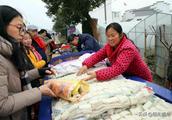 安徽芜湖:一对农村大叔大婶摊上两样土特产,城里来的市民抢着买