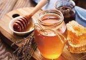 再看同仁堂蜂蜜事件,教你3招识别过期蜂蜜!蜂蜜保存这些要注意