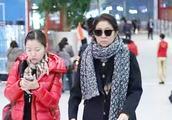 59岁倪萍机场近照曝光,颜值重回女神范儿,戴墨镜围巾霸气十足!