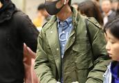 炎亚纶现身机场 绿色大衣带口罩面对提问频频摇头