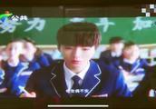 王俊凯抗饿系列又出新广告,他在课桌上做函数考卷,发型是亮点!